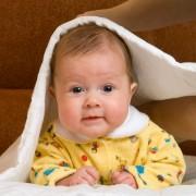 """Cum tratam """"crustele de lapte"""" la bebelusi?"""